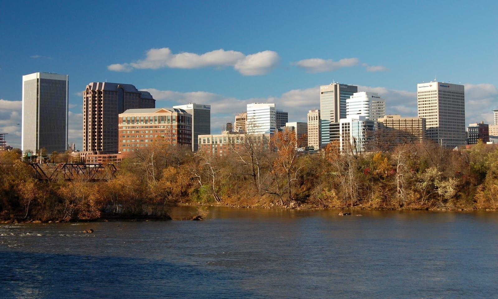 El horizonte de Richmond mirando al otro lado del río James Richmond (Virginia) Estados Unidos