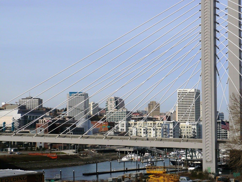 El horizonte de Tacoma, con el puente de Tacoma en primer plano. Tacoma WA Estados Unidos
