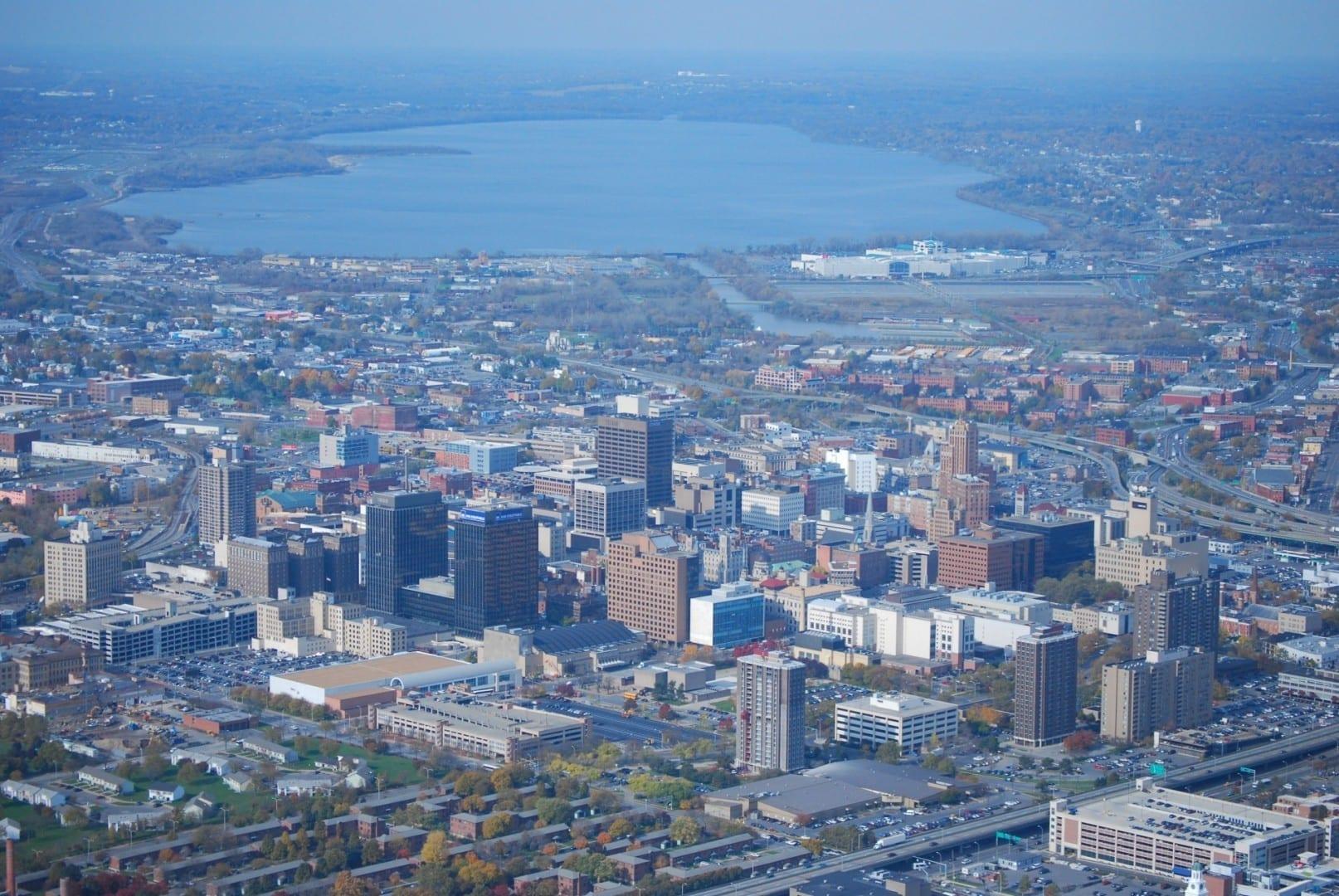 El horizonte del centro de la ciudad con el lago Onondaga visible en el fondo Syracuse NY Estados Unidos