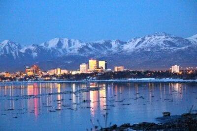 El horizonte del fondeadero con las montañas Chugach al fondo Anchorage Estados Unidos
