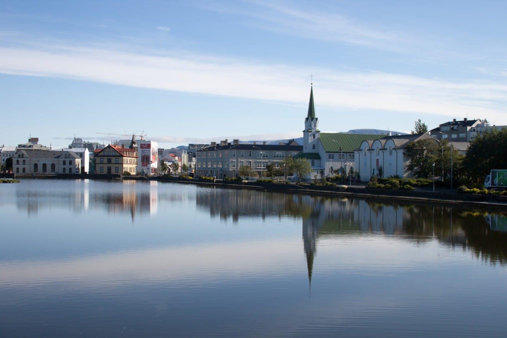 El lago Tjörnin, con el ayuntamiento, está en el centro de Reykjavík Reykjanes Islandia