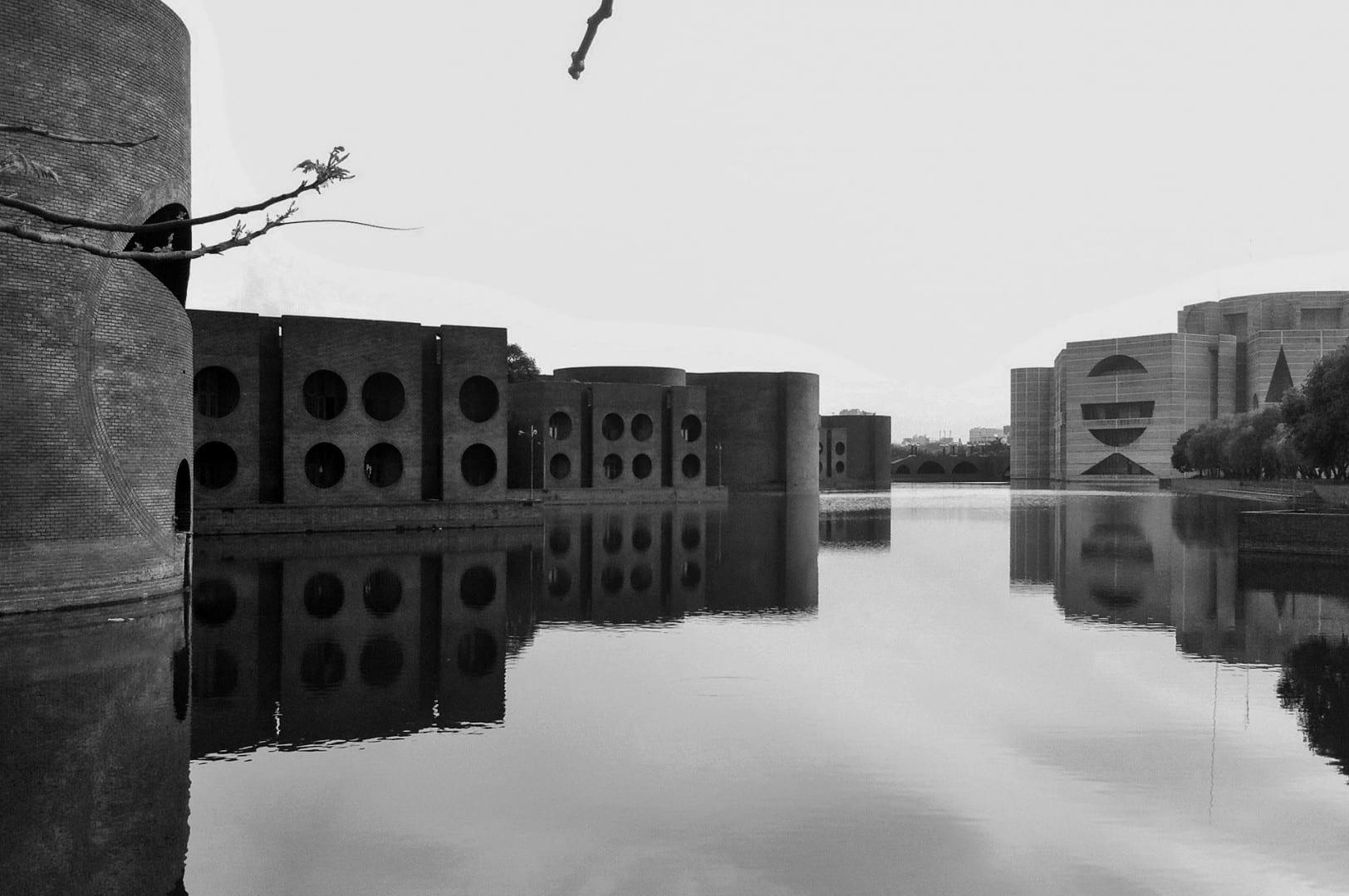 El majestuoso complejo de la capital de Louis Kahn era su visión de una moderna ciudad bengalí, con canales y jardines entrecruzados Daca Bangladesh