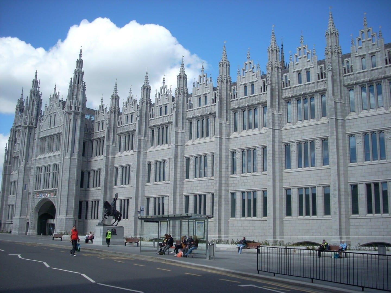 El Marischal College en la calle Broad, que antes formaba parte de la Universidad de Aberdeen pero que ahora es la sede del Ayuntamiento de Aberdeen Aberdeen Reino Unido