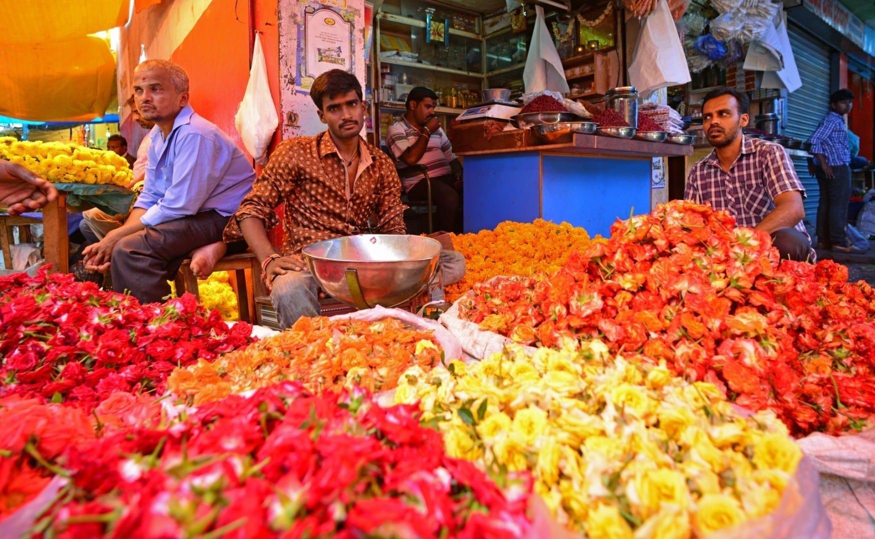 El mercado de Devaraja cerca de la carretera de Urs Mysore India