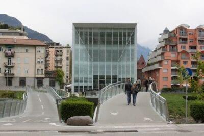 El nuevo edificio del Museion con dos puentes de cristal a través del río Talfer Bolzano Italia