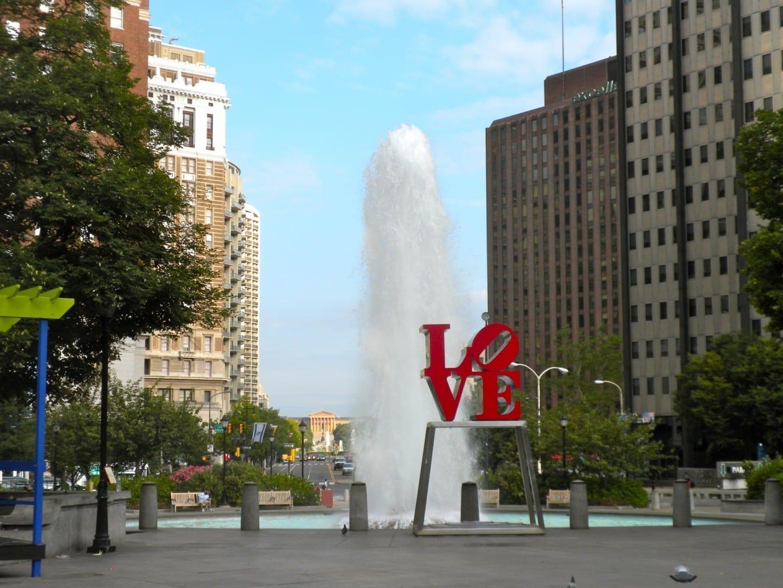 El Parque del Amor con el Museo de Arte de Filadelfia en el fondo lejano Filadelfia Estados Unidos