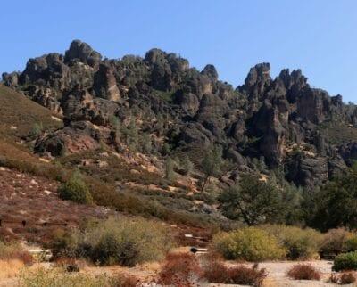 El Parque Nacional de los Pináculos es conocido por sus escarpadas formaciones rocosas y su naturaleza salvaje. Los Pináculos Parque Nacional CA Estados Unidos