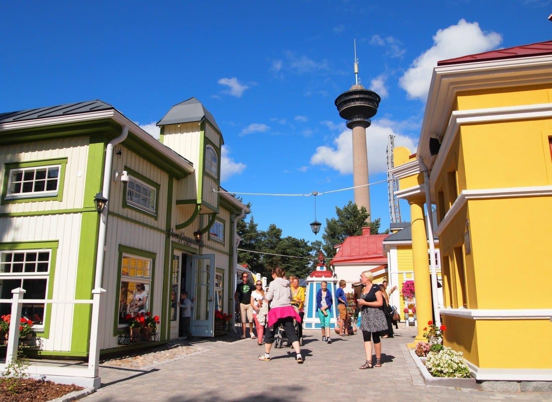 El parque temático Koiramäki y la torre de observación de Näsinneula Tampere Finlandia
