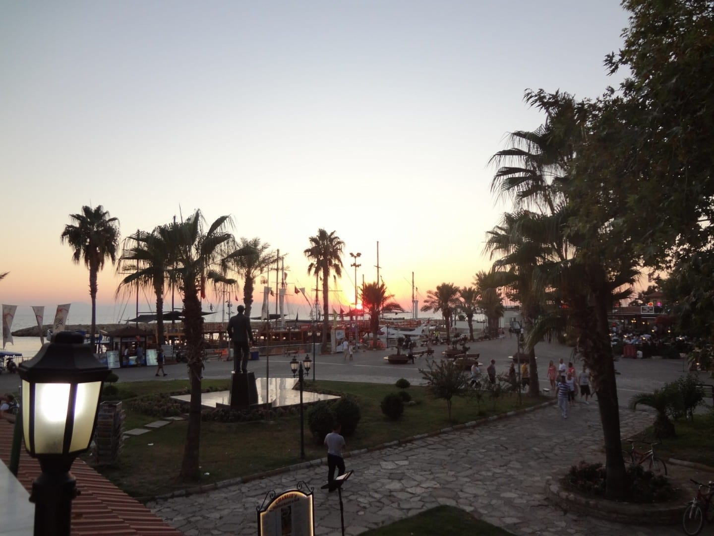 El paseo marítimo de la parte moderna de la ciudad por la noche Side Turquía