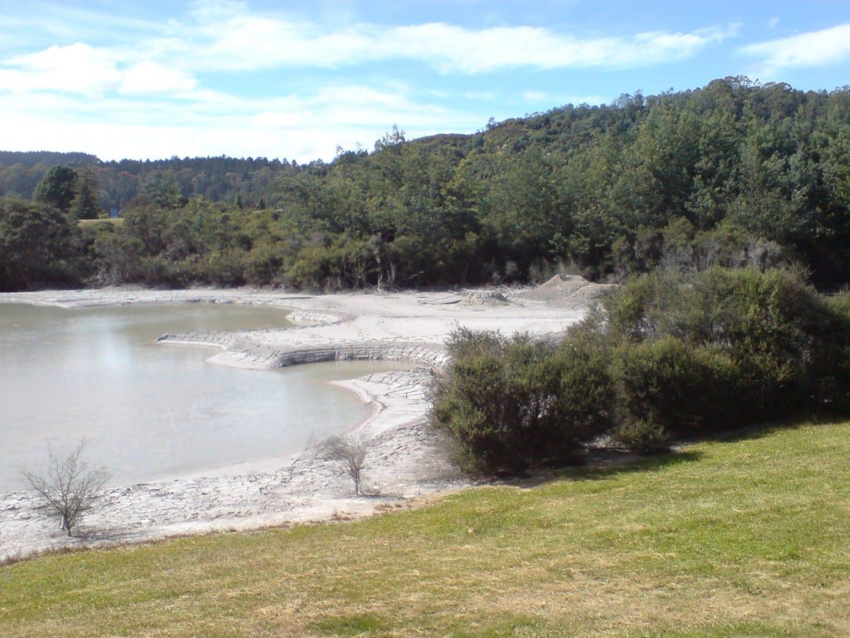 El peligro del agua geotérmica en el campo de golf Rotorua Nueva Zelanda