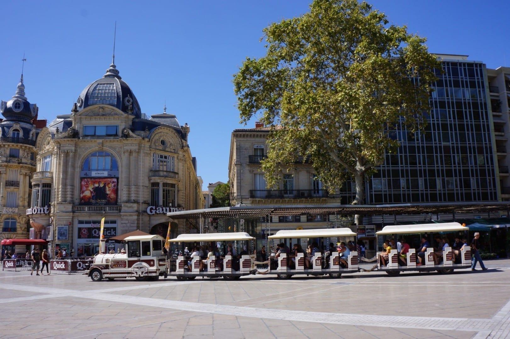 El pequeño tren turístico que circula por Montpellier Montpellier Francia