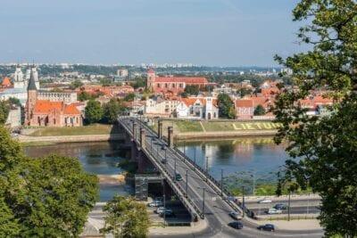 El puente Aleksotas y la ciudad vieja de Kaunas Kaunas Lituania