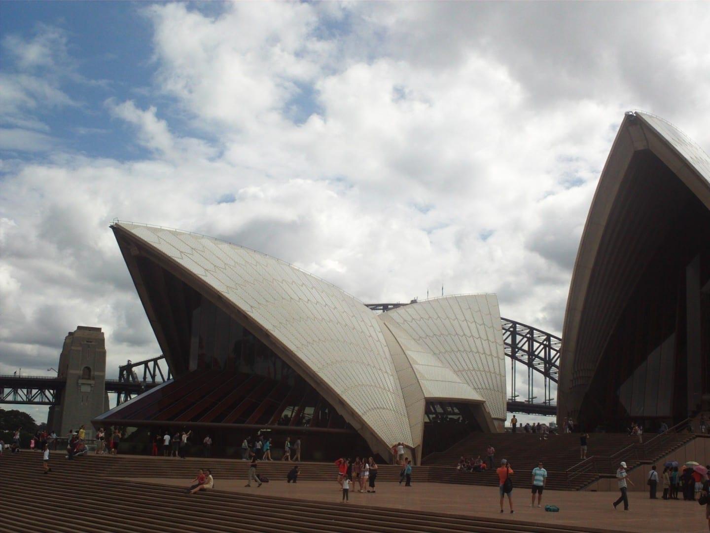El Puente del Puerto se esconde detrás de la Casa de la Ópera Sídney Australia