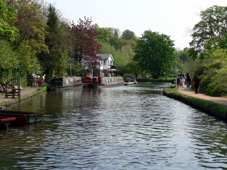 El río Wey, a cinco minutos del centro de la ciudad de Guildford Guildford Reino Unido