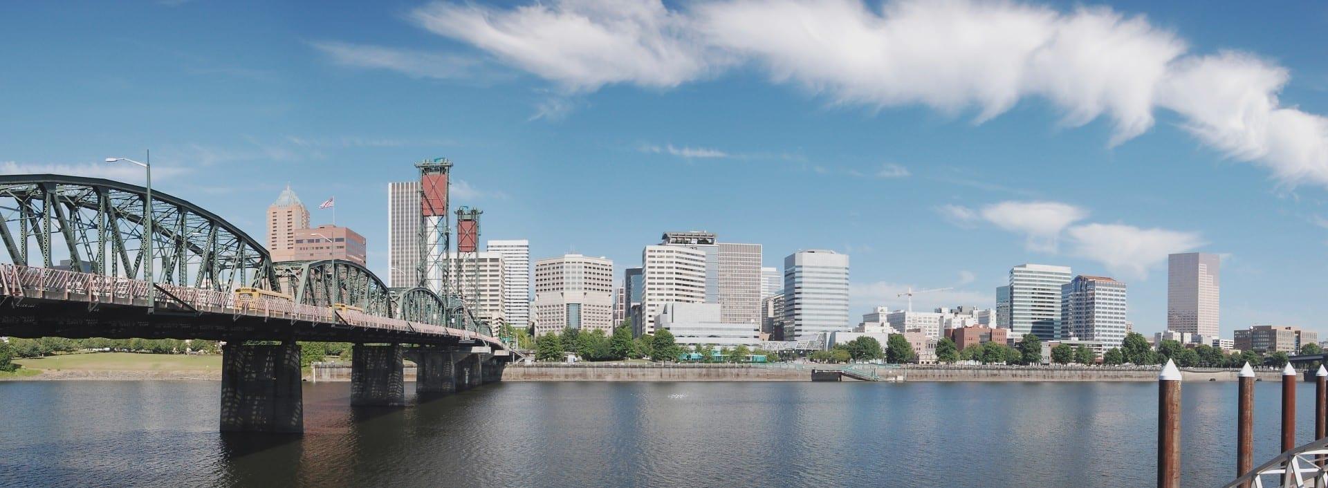 El río Willamette pasa por el centro de Portland Portland OR Estados Unidos