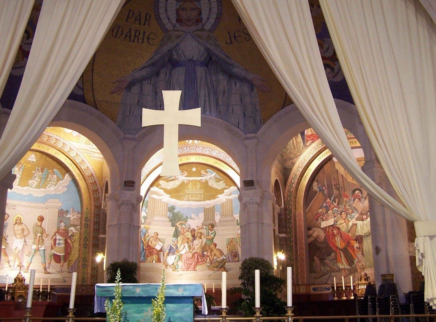 El santuario de la Basílica de Nuestra Señora del Rosario mirando hacia los Misterios Dolorosos. Observen el mosaico de María en la parte superior. Lourdes Francia