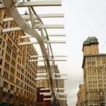 El sobrevuelo es una escultura que recorre el camino del primer vuelo de los hermanos Wright con motor, situado en el centro de Dayton. Dayton OH Estados Unidos