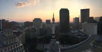 El sol se eleva sobre el centro de la ciudad Indianapolis Estados Unidos