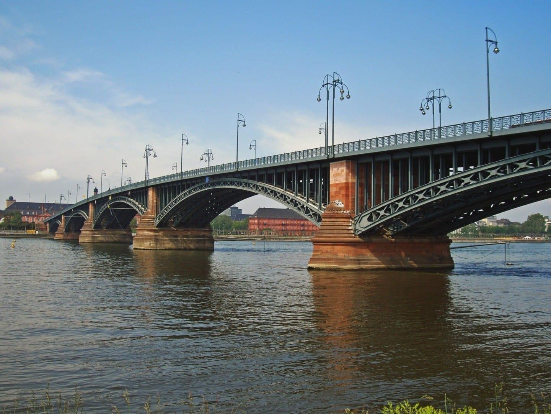 El'Theodor-Heuss-Bridge' desde el castillo de Maguncia hasta el centro de Maguncia. Maguncia Alemania