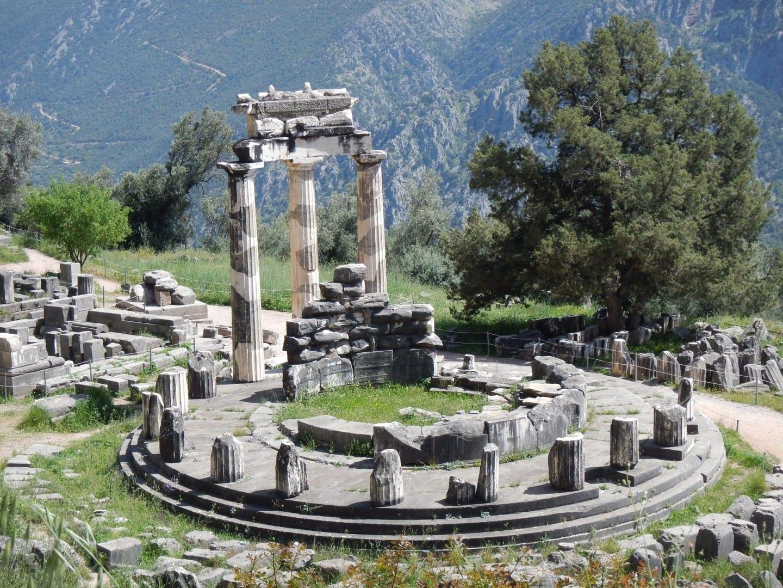 El Tholos en la base del Monte Parnaso, Delfos Delfos Grecia