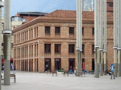 El tradicional edificio Vásquez en la Plaza Cisneros El Poblado (Medellín) Colombia