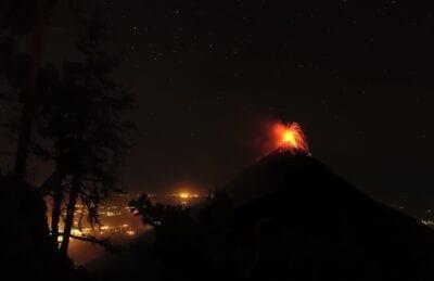 El Volcán de Fuego visto desde el campamento oriental en Acatenango Antigua Guatemala Guatemala