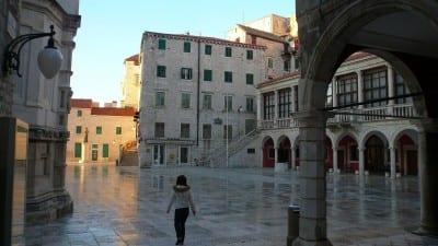 En el centro del casco antiguo Sibenik Croacia