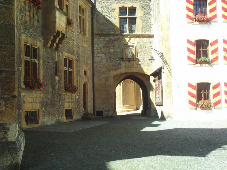 En el patio del castillo Neuchâtel Suiza