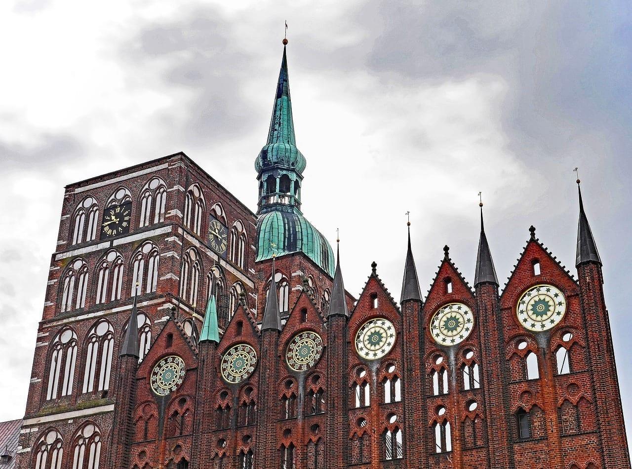 En Stralsund Puntas Ayuntamiento Iglesia De Nikolai Alemania