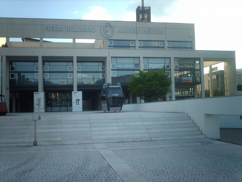 Entrada principal del edificio de la Feria en el sur de Bolzano Bolzano Italia
