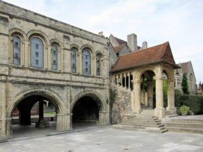Escalera normanda, Escuela del Rey Canterbury Reino Unido
