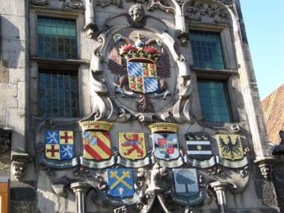 Escudos heráldicos de los miembros de la Junta de Aguas de Delft en la fachada del Gemeenlandshuis Delft Países Bajos