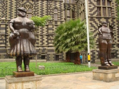 Esculturas de Botero fuera del Museo de Antioquia y el Palacio de la Cultura El Poblado (Medellín) Colombia