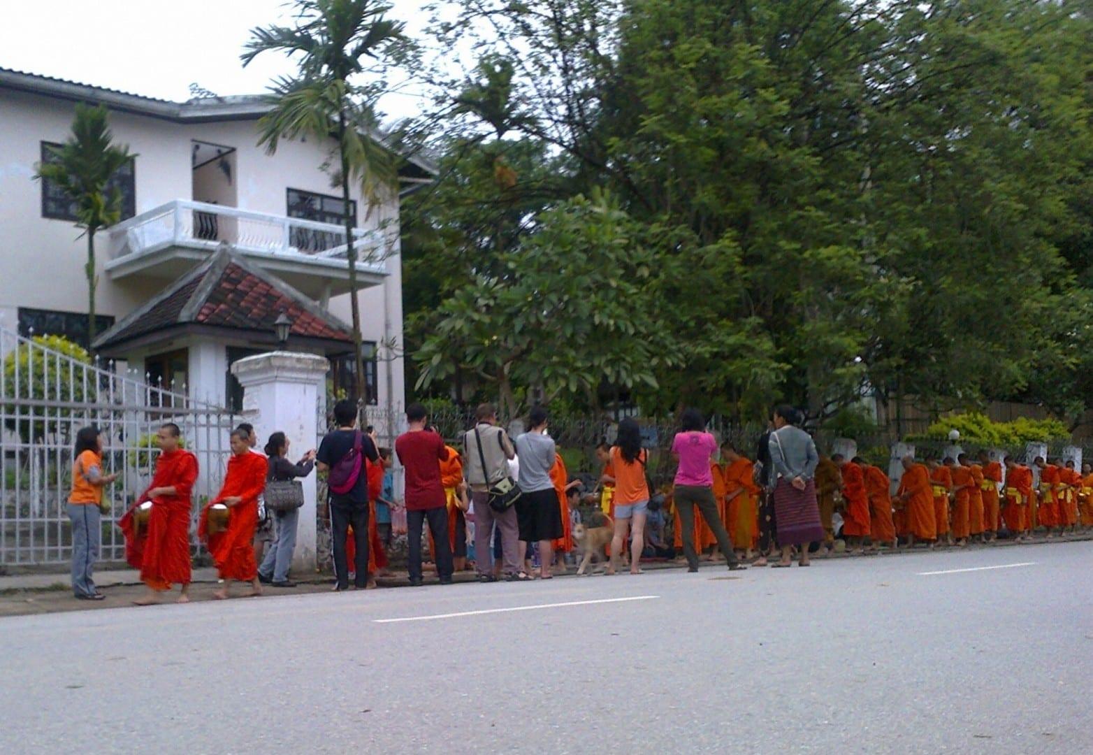 Foto de la Ceremonia de Limosna, Sisavangvong Rd. Luang Prabang República Democrática Popular Lao