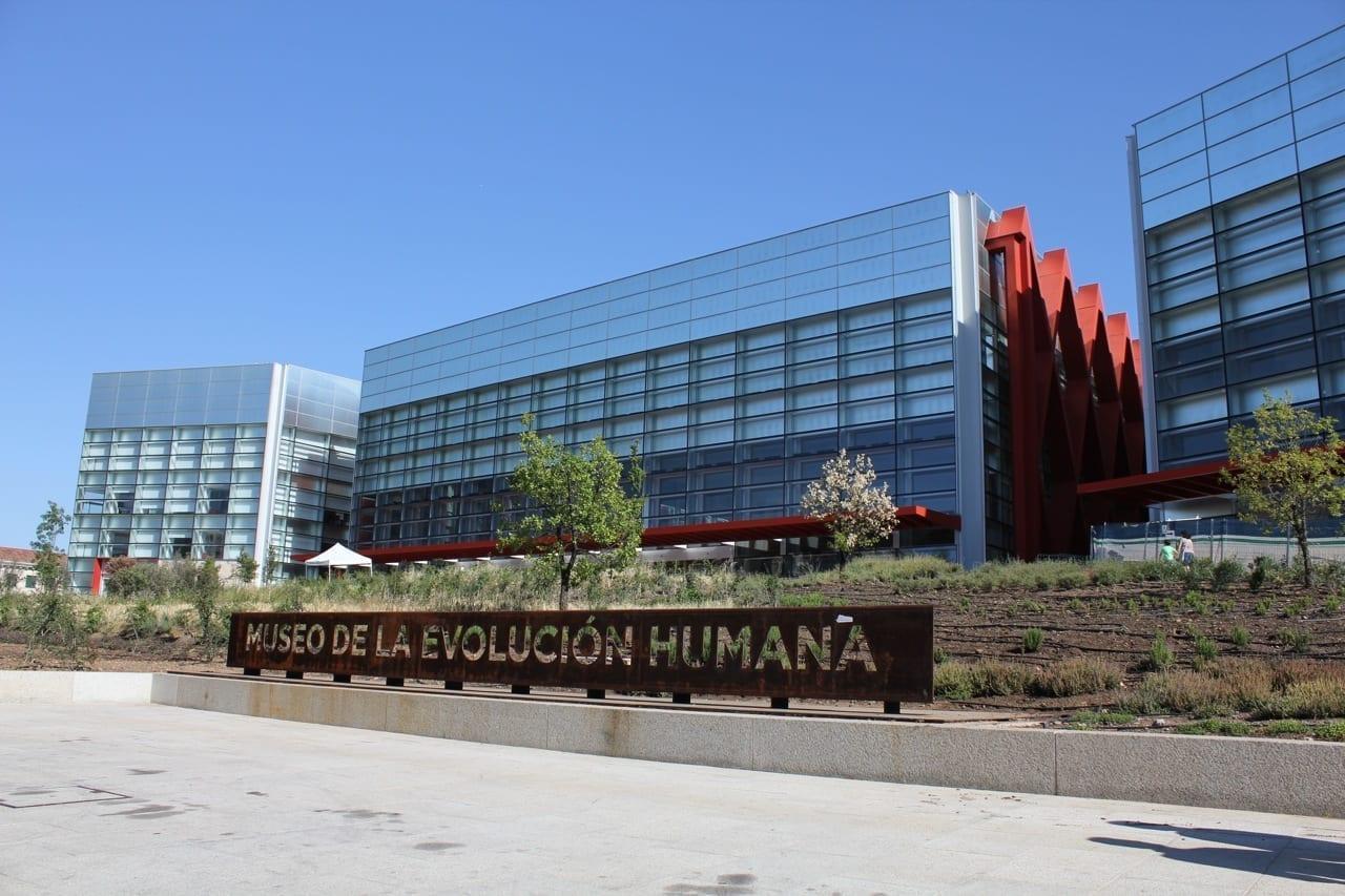 Frente al Museo de la Evolución Humana Burgos España
