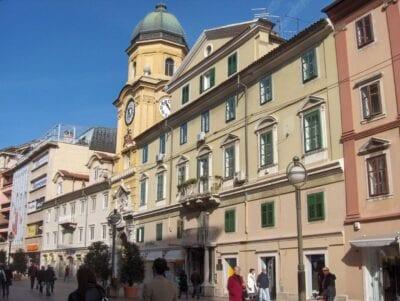Gallo amarillo en la torre de la ciudad y el palacio Wohinz en la calle Korzo Rijeka Croacia