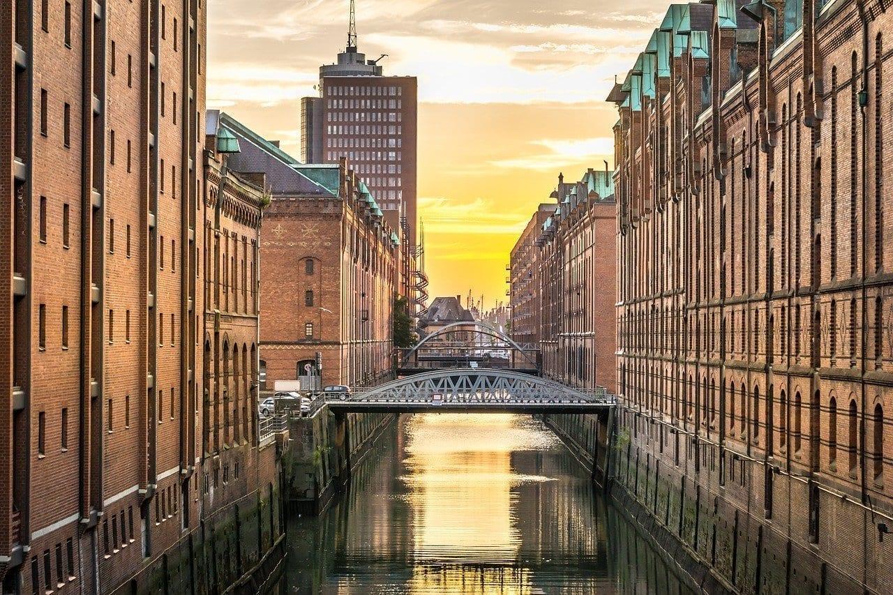 Hamburgo Speicherstadtu Canal Alemania