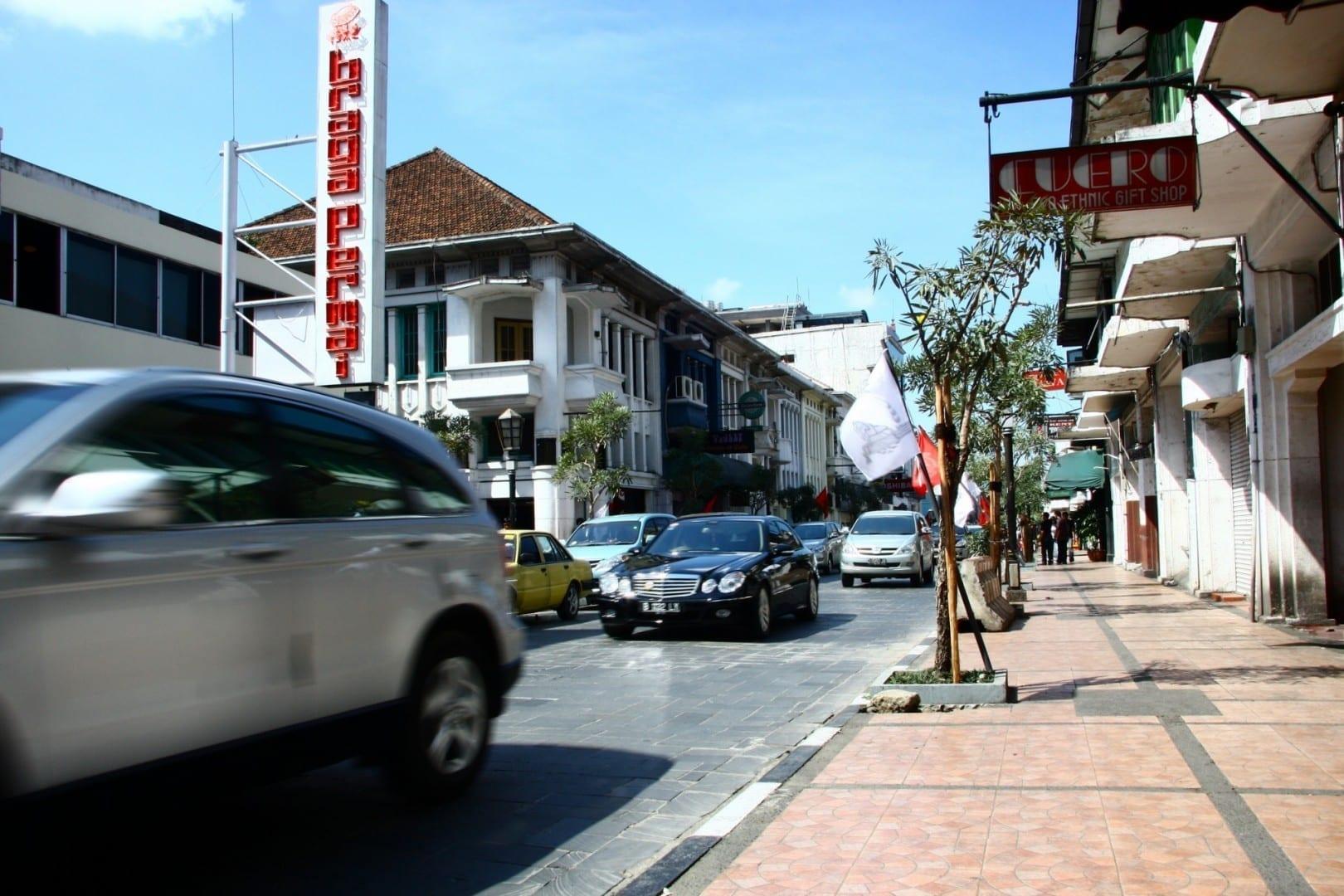 Hay algunos bares a lo largo de la calle Braga en el centro de la ciudad. Bandung Indonesia