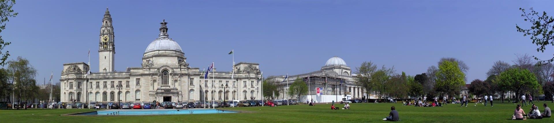 Hermoso centro cívico frente al Ayuntamiento (izquierda) y el Museo Nacional de Gales (derecha) Cardiff Reino Unido