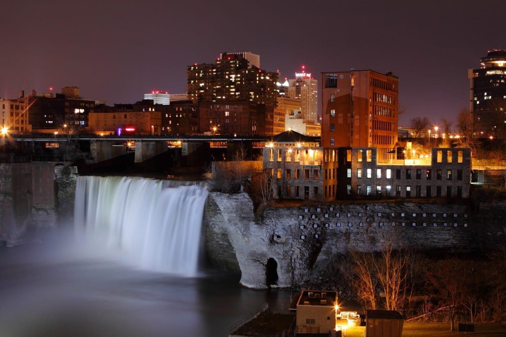 High Falls de noche Rochester NY Estados Unidos