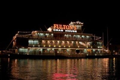 Iluminando la noche en Disney Springs Walt Disney World Resort FL Estados Unidos