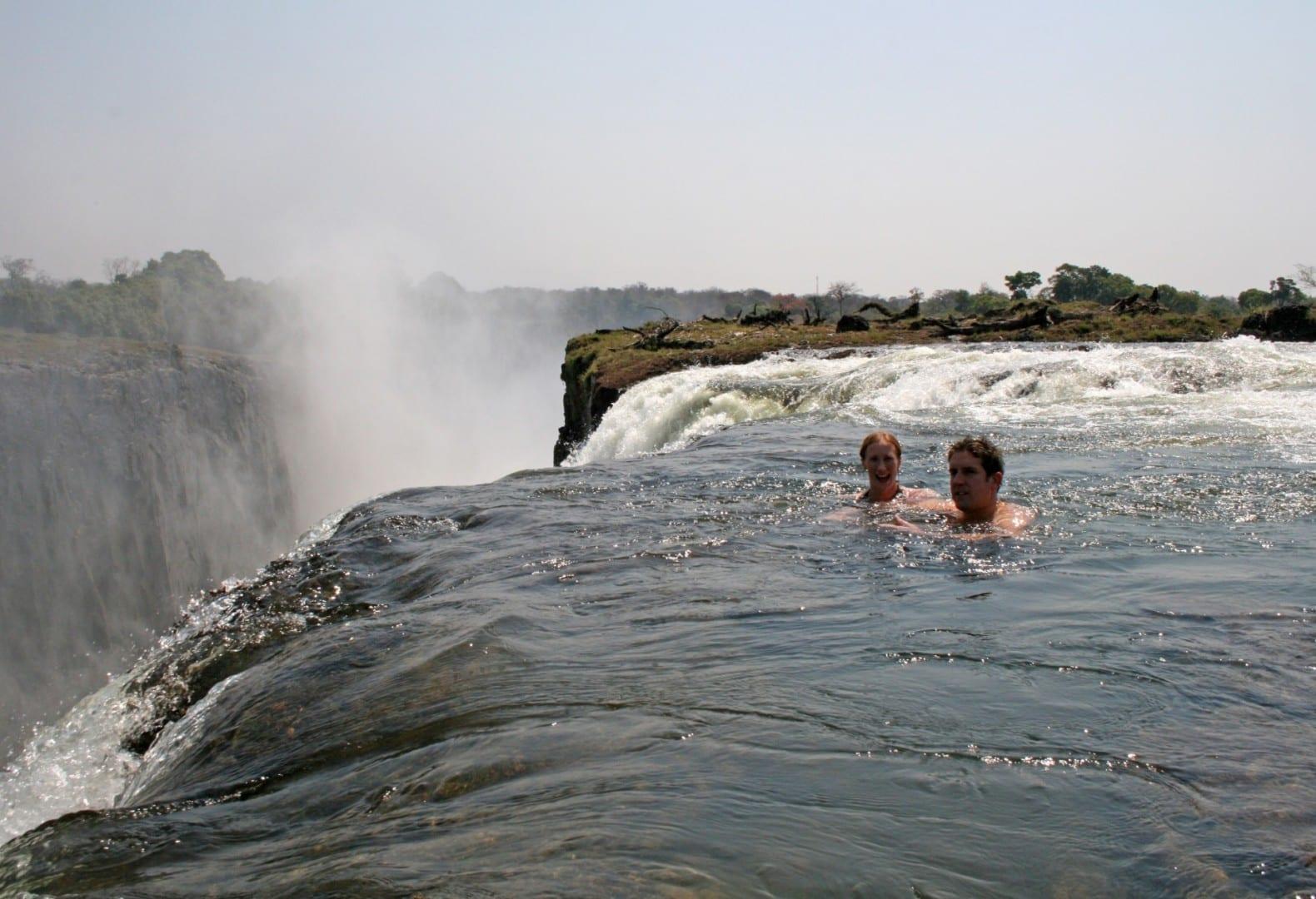 Increíblemente, es posible nadar con seguridad en piscinas naturales en la parte superior de las cataratas, en el lado de Zambia. Victoria Falls Zimbabue