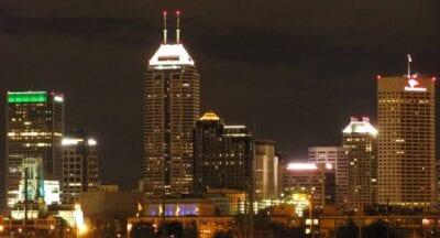 Indianápolis comenzó un proyecto de embellecimiento del centro de la ciudad en la década de 1990 - el horizonte se ve aquí en 2010 Indianapolis Estados Unidos
