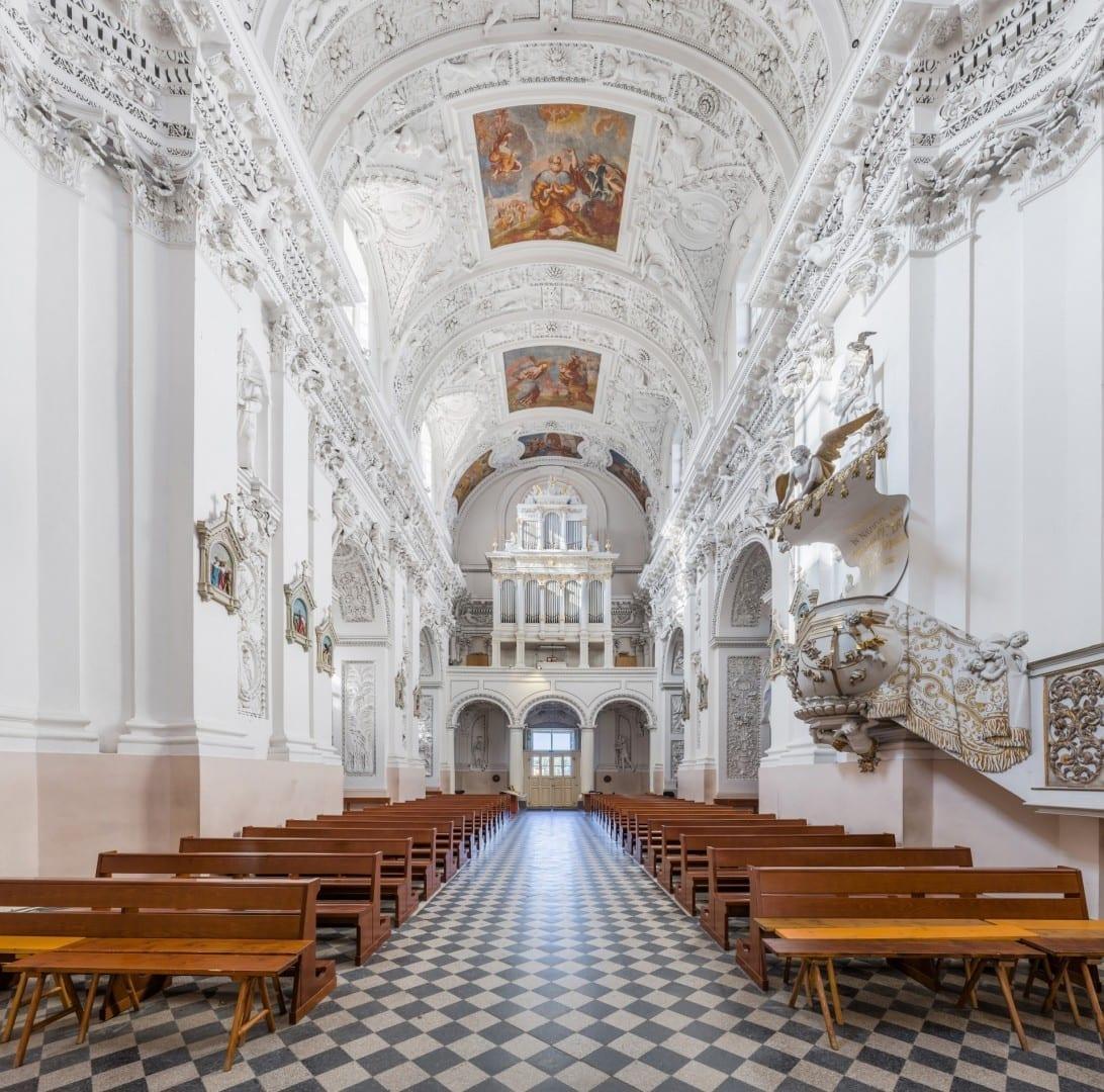 Interior de la iglesia de San Pedro y San Pablo Vilnius Lituania