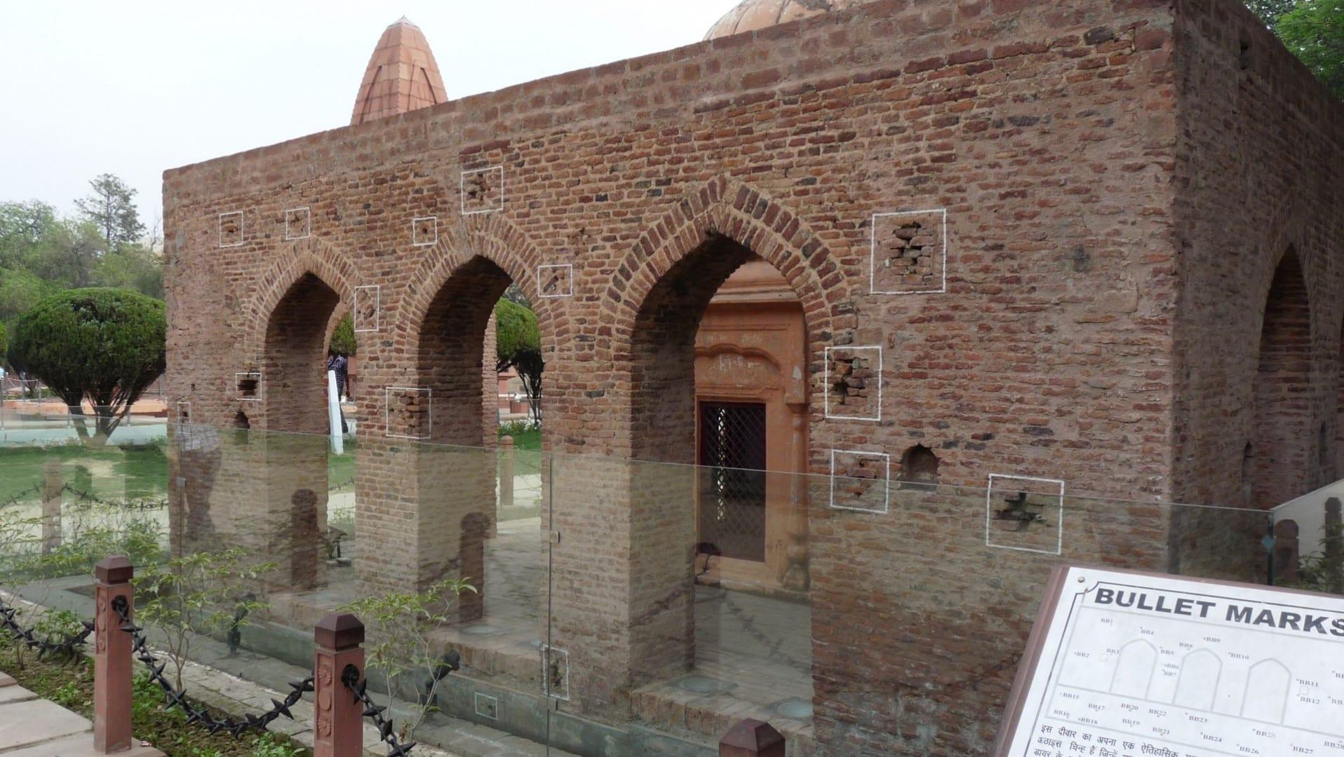 Jallianwala Bagh, con agujeros de bala visibles en las paredes Amritsar India