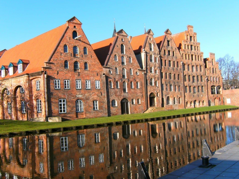 Lübeck solía controlar el comercio de la sal, y un grupo de Salzspeicher (almacenes de sal) todavía se puede ver justo al lado del Holstentor Lubeca Alemania