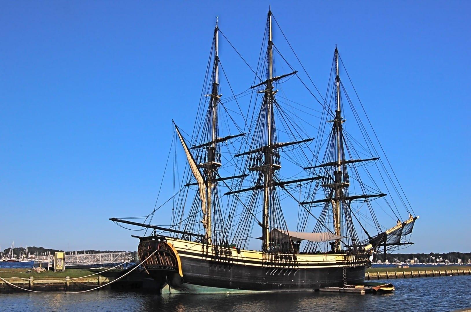 La Amistad de Salem atracó en el muelle de Salem en el Sitio Histórico Nacional Salem MA Estados Unidos