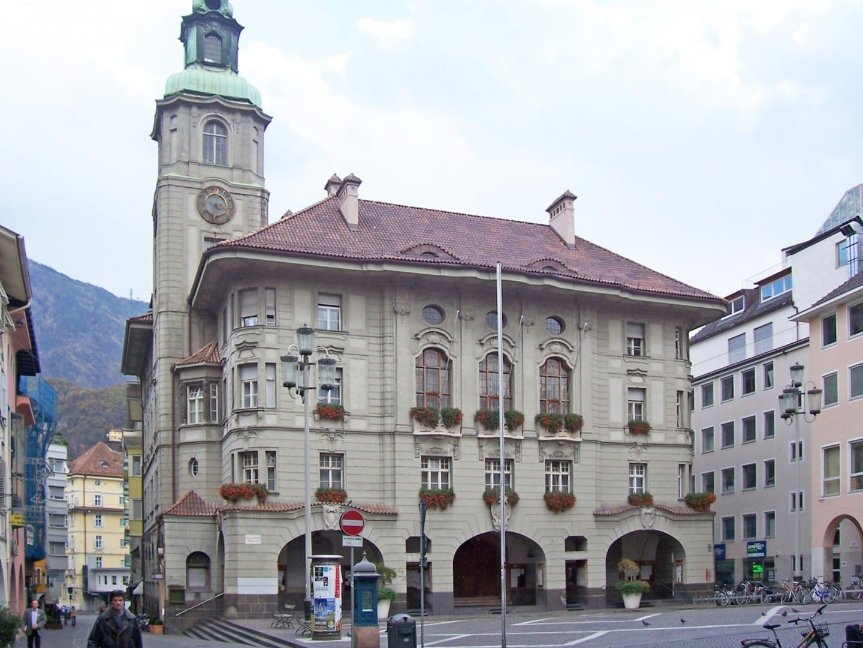 La antigua entrada del ayuntamiento Bolzano Italia