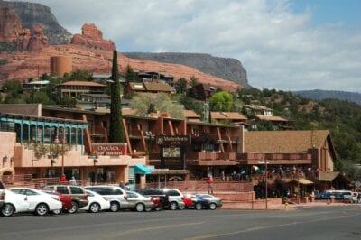 La calle principal de Sedona, con las colinas de Red Rock al fondo Sedona AZ Estados Unidos
