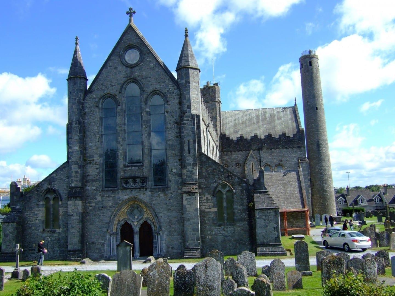 La catedral de San Canice y la torre redonda Kilkenny Irlanda